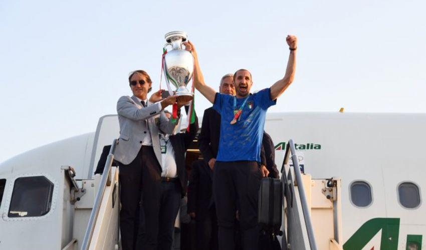 """L'Italia campione d'Europa torna a Roma con la coppa """"siamo leggende"""""""