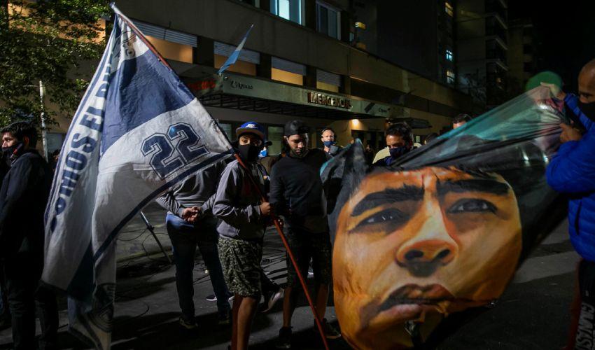 """Addio Maradona, per tutto il mondo """"è morto un Dio"""". La camera ardente"""