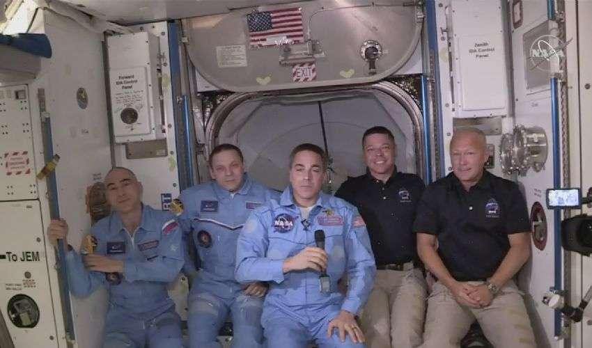 SpaceX e Iss, Crew Dragon: abbraccio storico tra l'equipaggio