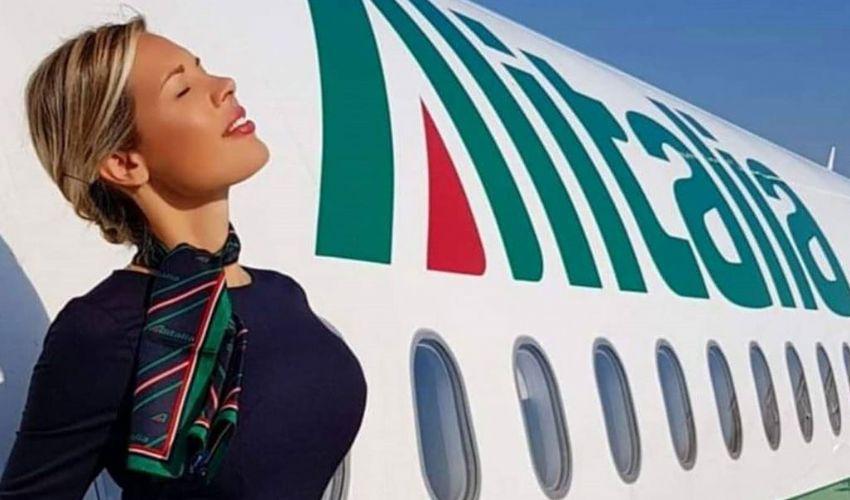 In volo con Laura d'Amore, la hostess (italiana) più bella al mondo