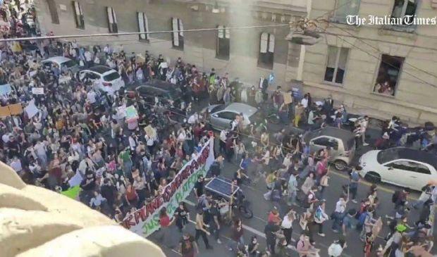 Clima, Milano: gigantesco corteo di attivisti sfila con Greta Thunberg