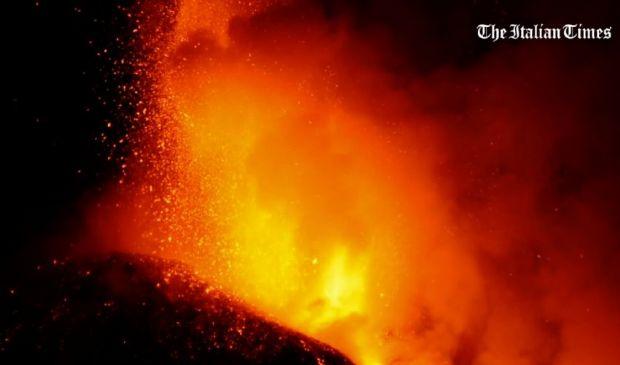 Etna, esplosioni di lava alte mille metri e fitte nubi di cenere