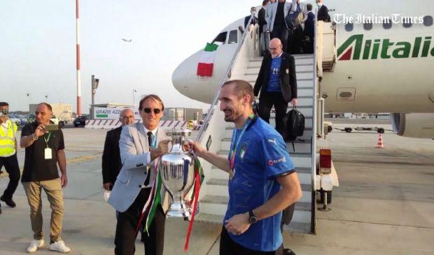 Festa dei tifosi a Fiumicino per l'Italia, Chiellini alza la coppa e..