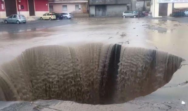 Maltempo nel Crotonese: enorme voragine in strada a Isola Capo Rizzuto