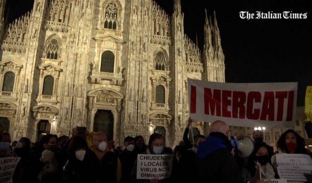 """Milano, protesta in Duomo contro il Dpcm al grido di """"Vergogna"""""""