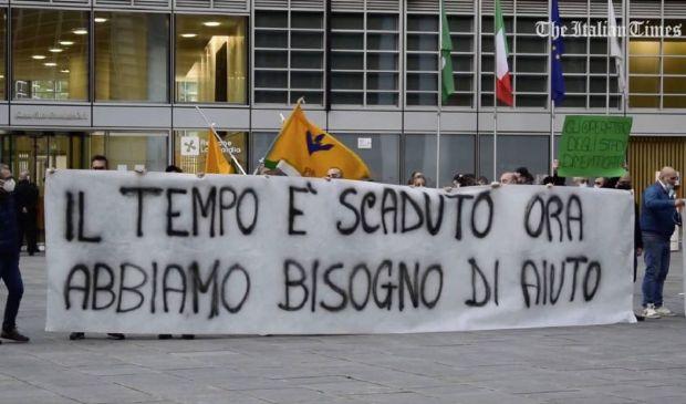 Milano, proteste e rabbia degli ambulanti in piazza sotto la Regione