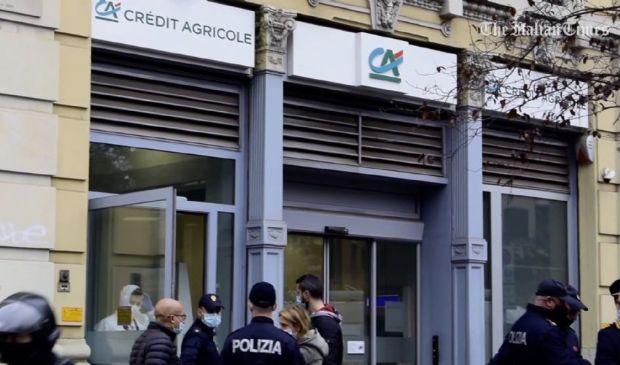 Milano, rapina in banca: banditi scappati dai tombini e ostaggi illesi