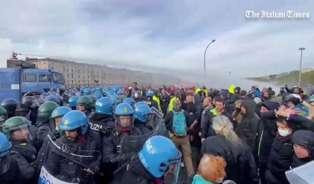 Green pass, sgombero a Trieste: la polizia usa idrantie lacrimogeni