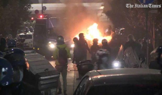 Roma, guerriglia in centro: scontri e bombe carta a piazza del Popolo