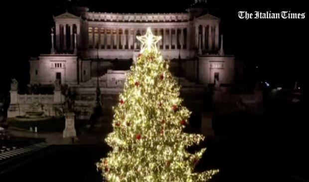 Roma, acceso Spelacchio: l'albero di Natale 2020 della Capitale