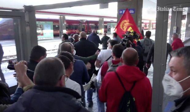 Whirlpool, operai in protesta occupano la stazione Garibaldi (video)