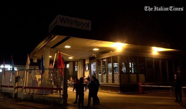Whirlpool chiude a Napoli, l'ultima notte degli operai in fabbrica
